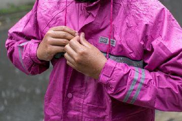 4 Langkah Perawatan Jas Hujan Habis Pakai