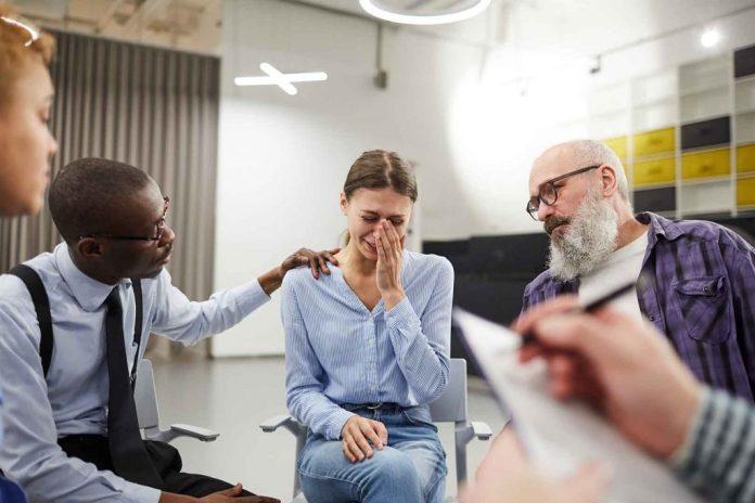 Hal Utama Yang Harus Kamu Lakukan Saat Orang Terdekat Sedang 'Tidak Baik-baik Saja'