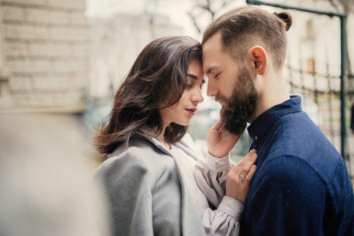 Inilah 'Pelet Sakti' Untuk Membuat Pria Jatuh Cinta